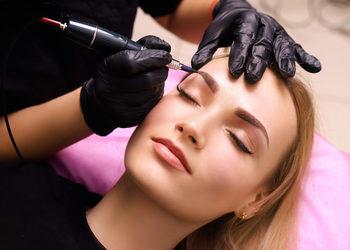 Centrum Kosmetologii Kirey Gliwice - rekonstrukcja brwi (klientka bez swoich naturalnych brwi/włosków, niezbędne odtworzenie kształtu